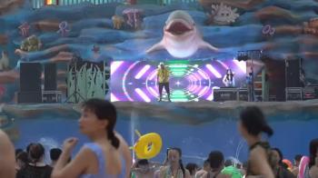 室內水樂園DJ炒氣氛 巨浪池、滑水道玩嗨