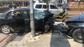 車窗破裂車頭損!鶯歌轎車自撞 母子宣告不治
