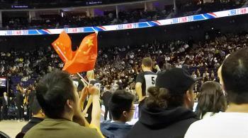 NBA上海賽開打!球迷揮五星旗展愛國心