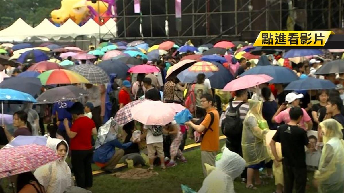 暴雨襲國慶焰火!32萬人成落湯雞 怨廁所等20分