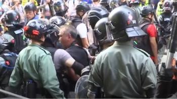 混亂香港夜!受傷女遭拖行 示威者衝警署丟汽油彈