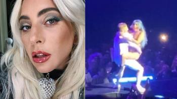 和粉絲熱舞太嗨!Lady Gaga不慎跌落演唱會舞台
