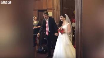 為了送女兒出嫁 這位父親堅持站起來了