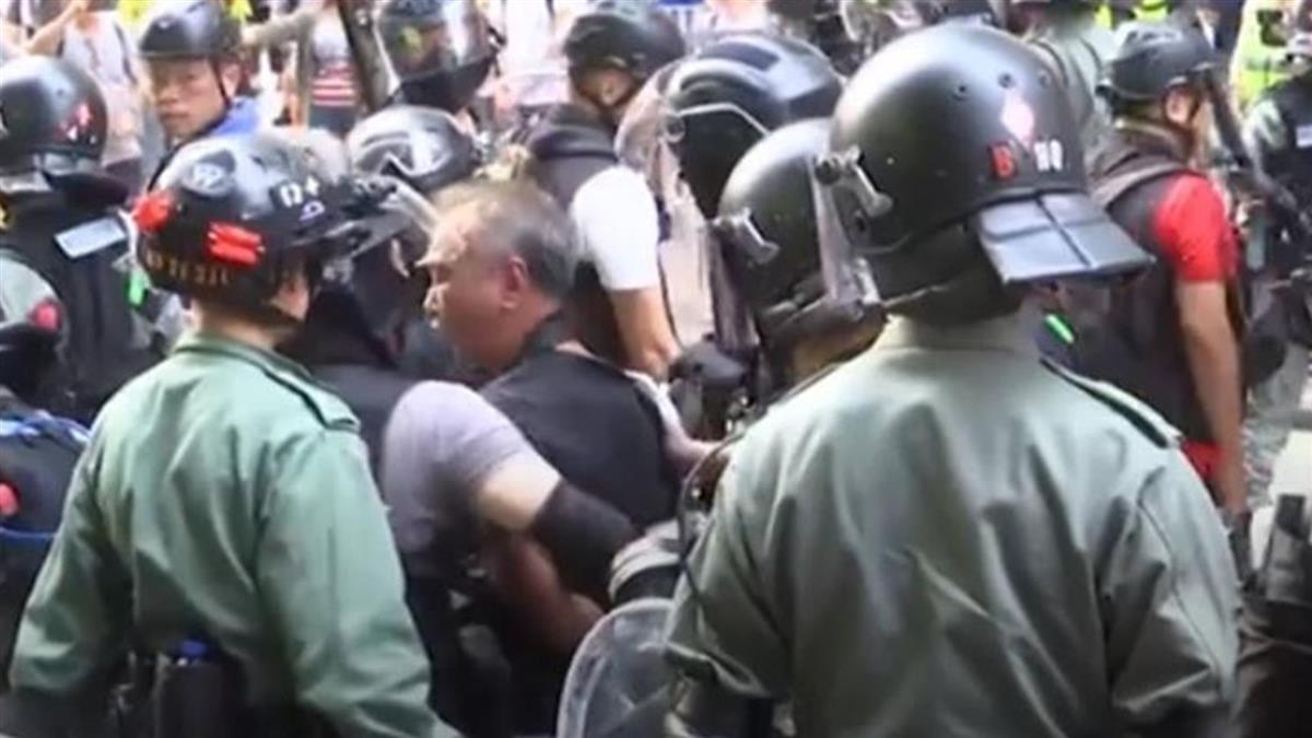 反送中九龍示威多處縱火 港警引爆疑似爆裂物