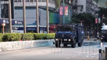 香港示威:清真寺被香港警察水炮車射中,閘口及地板染藍