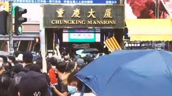 香港示威:南亞人重慶大廈外派水 黑衣人稱We Connect