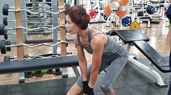 76歲嬤罹重病!雙腿無法走…重訓3月奪健美亞軍