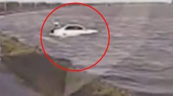 疑疲勞失控衝進潟湖 百萬元賓士變泡水車