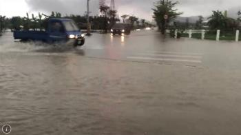 宜蘭大雨成災!水淹及膝 汽車崩潰拋錨
