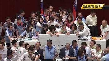 韓國瑜請假 總預算付委遭杯葛 藍綠議會全武行