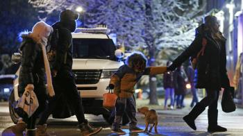 7歲女童萬聖夜上街討糖!中2槍命危...兇手還在逃