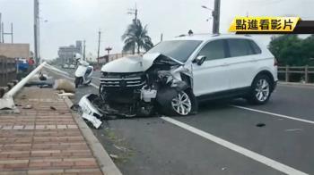 小客車失控撞路燈…翻轉180度!車上4人受傷送醫