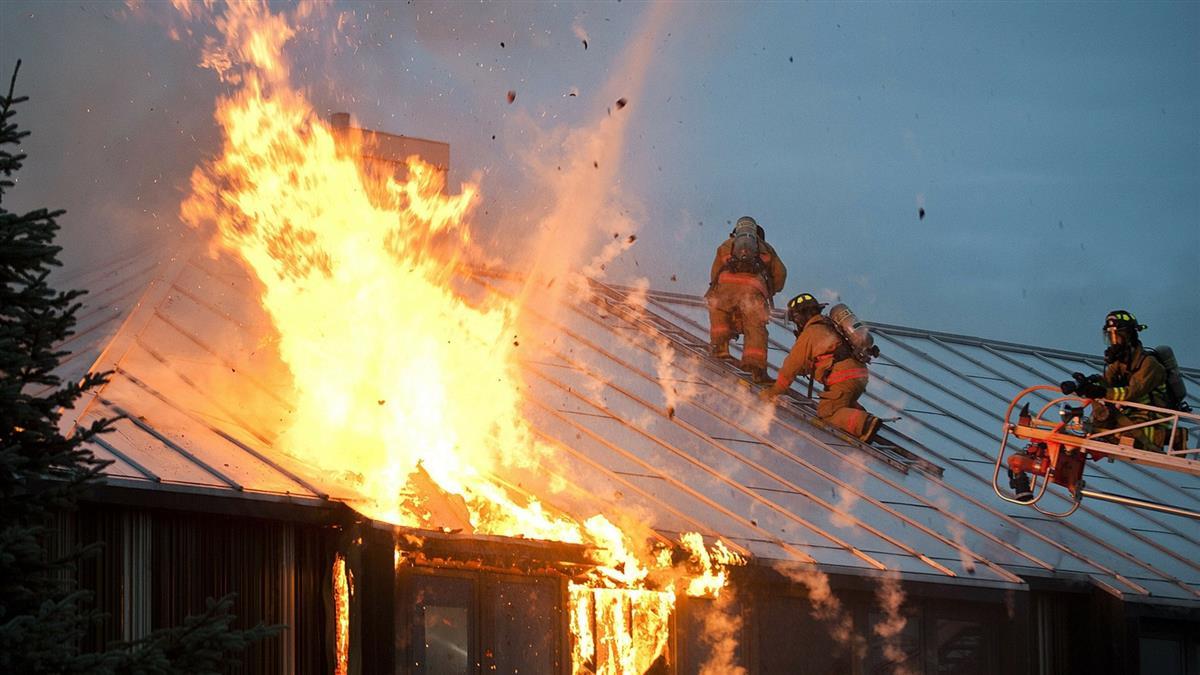 這房有鬼!毒蟲放火燒家 揹爺爺逃:有錢再買新的