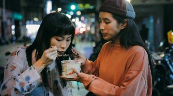 鄭宜農大雨夜拍MV 好友温貞菱帶紅豆湯暖探班