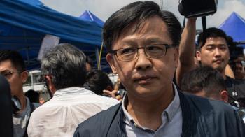 何君堯遭刺傷 香港「反送中」示威爭議人物拉票時遇襲