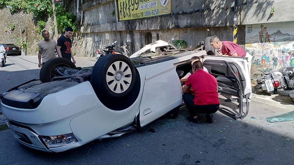 車頂幾乎被壓平!名車四腳朝天 駕駛受困急送醫