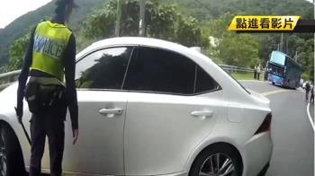 南迴連續超車!男拒檢停路中央 警霸氣破窗拖出
