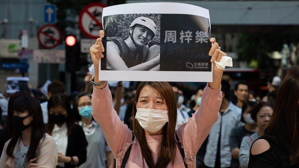 香港示威:市民悼念墮樓大學生 入夜後變衝突