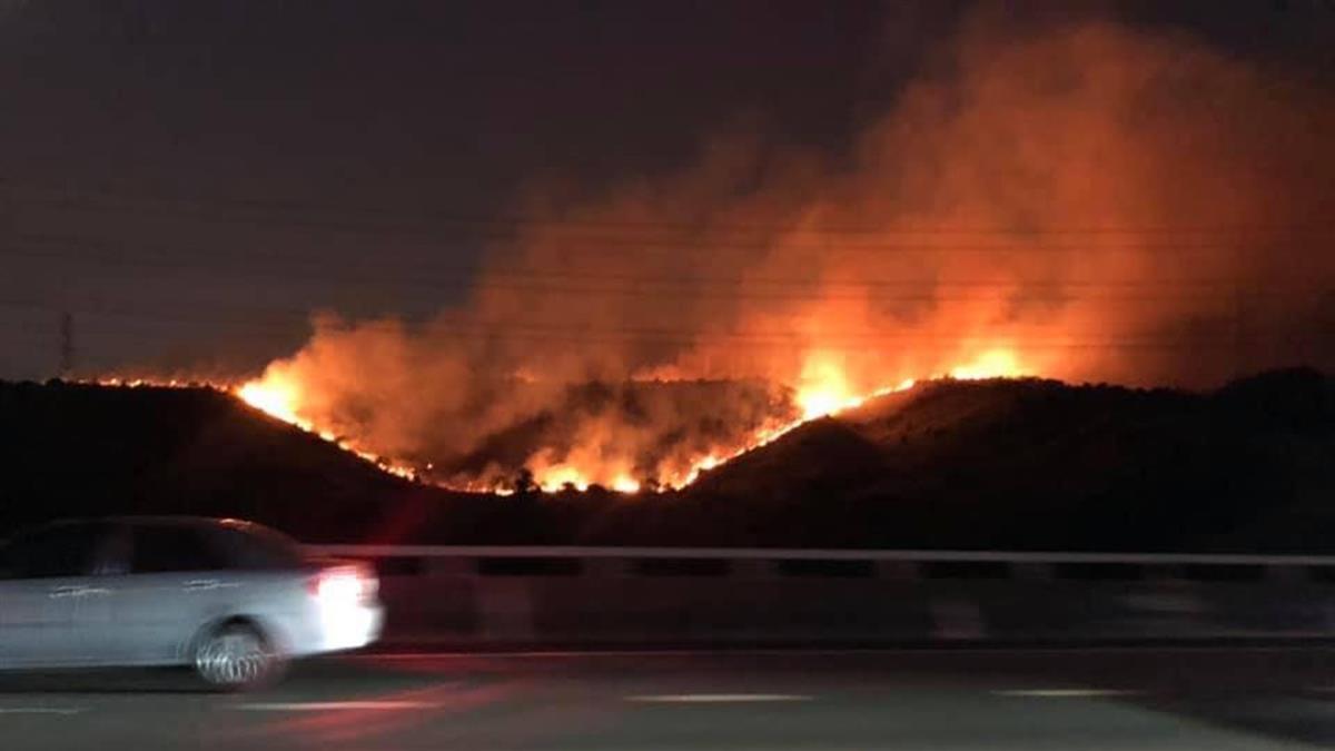 國道3號龍井邊坡竄大火!火燒山2公頃無法控制