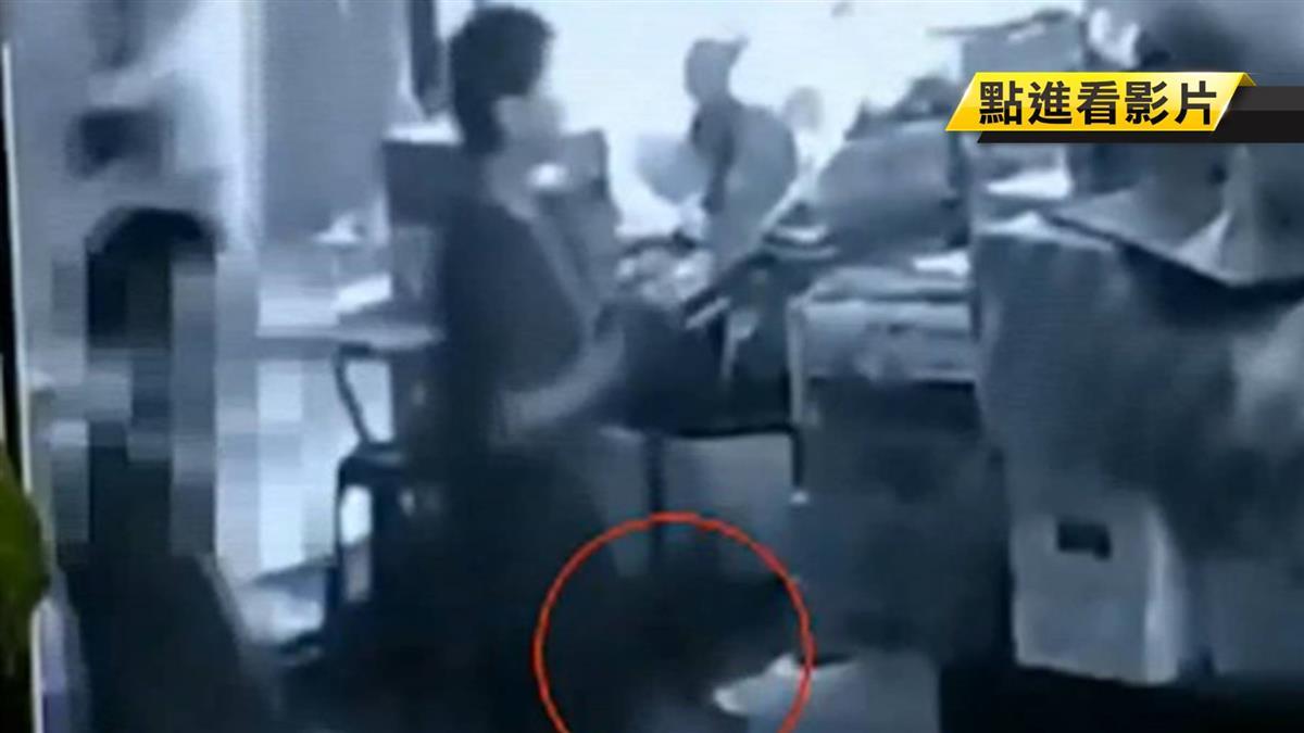 5秒偷包!士林夜市攤商遭竊 損近10萬現金
