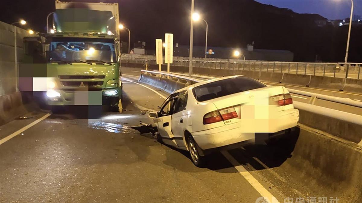 轎車逆向上台2己線!迎面撞貨櫃車 1死1重傷