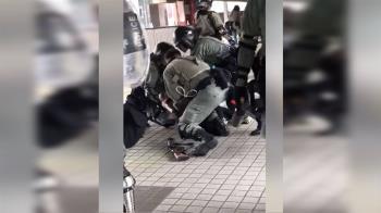 孕婦遭港警壓制在地 警民衝突緊張升級