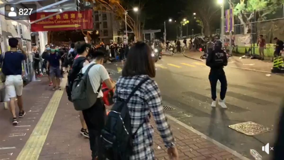 港中大學生疑中彈昏迷!港警調水炮車闖校清場