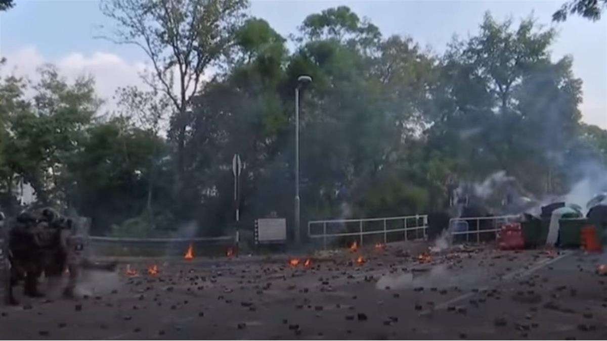 香港示威:香港警方進入大學校園範圍施放催淚彈及橡膠子彈