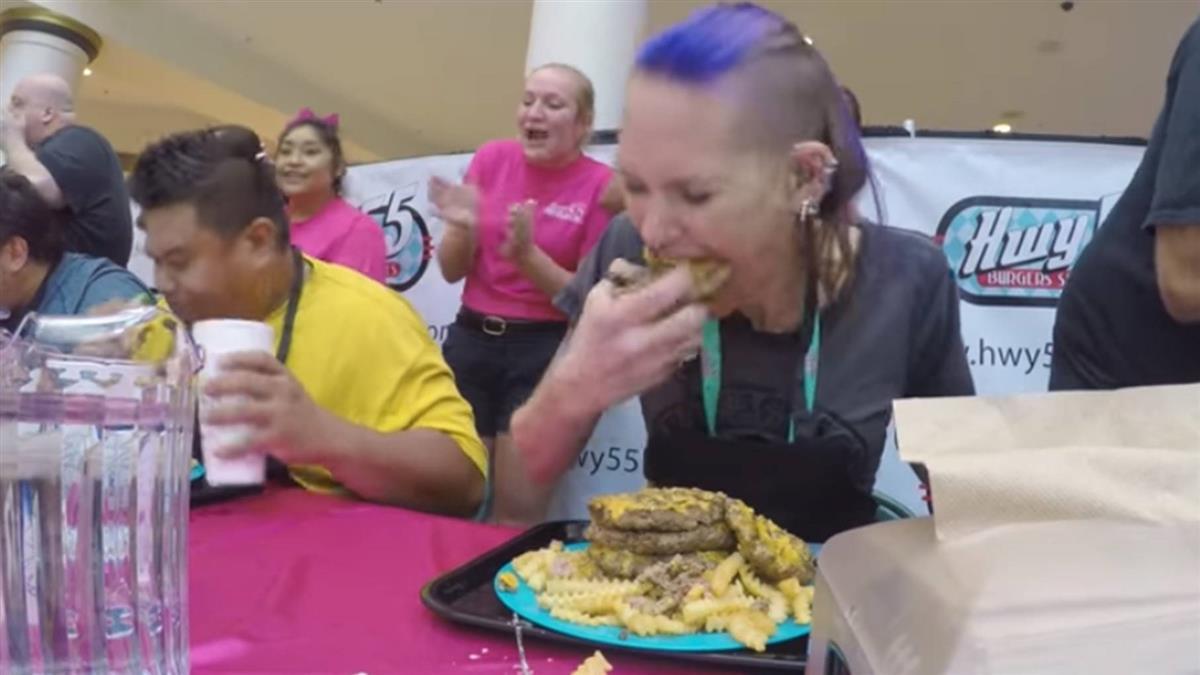 破世界紀錄!她百秒吞7漢堡 狂吃背後藏洋蔥