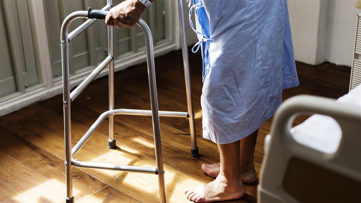 阿嬤沖熱水澡 躺床驚喊:多一隻腳!醫抖真相