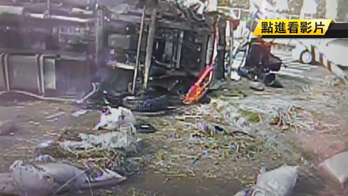 驚嚇!貨車失控撞號誌杆側翻 有機肥料掉滿地