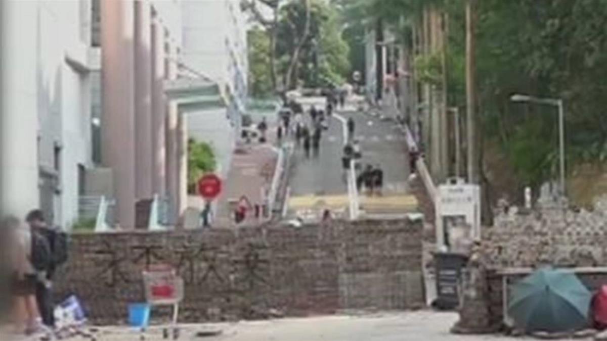 港各大學成抗爭堡壘 示威者理大泳池練丟汽油彈