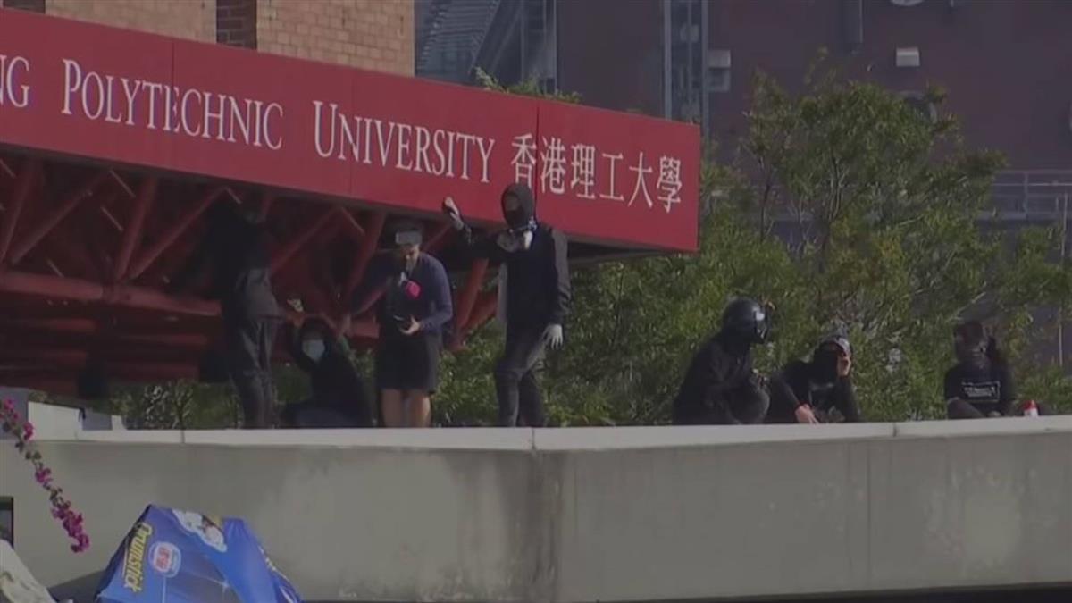 香港示威:留守校園的示威者練習抗爭技巧,繼續堵塞附近幹道