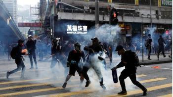香港示威:「我去買午餐的路上碰上發射催淚彈」