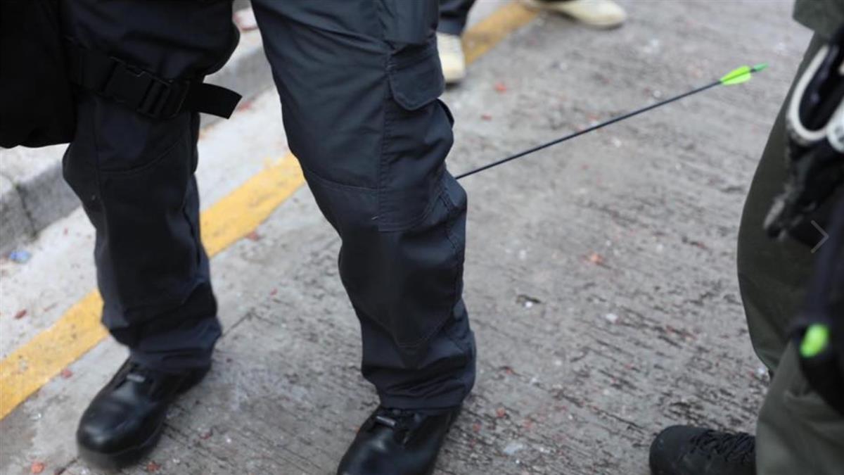 香港示威持續 警遭箭射中小腿 呼籲勿靠近理大