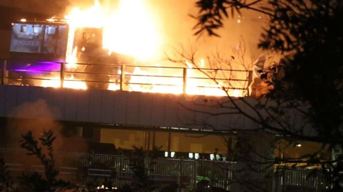 首例!示威者丟汽油彈 銳武裝甲車遭擊中起火