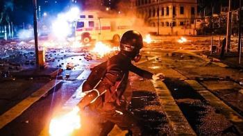 香港理大衝突不斷!示威者遭警察包圍…對峙整夜