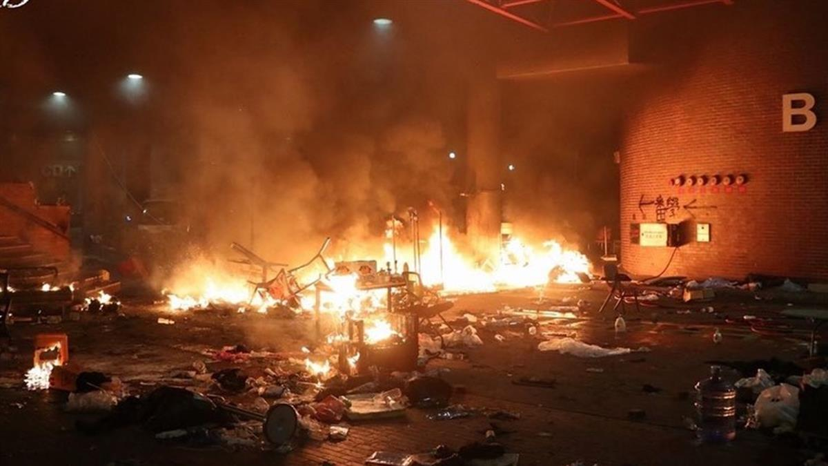 港警攻堅進理大!示威者焚燒路障 現場一片火海