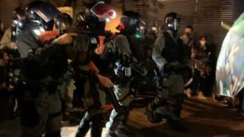 港警催淚彈逼退勸降!逾70名示威者自首