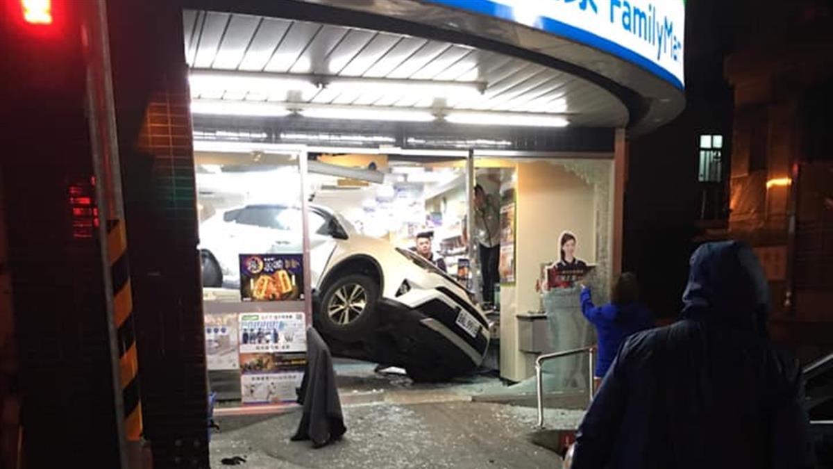 白休旅車撞進超商卡櫃台!肇事女車主揭原因