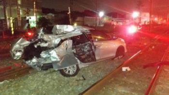 小客車闖平交道遭自強號撞!女駕駛背痛送醫