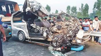 婚禮當天遇劫!新郎包車遭撞…一家6人慘死