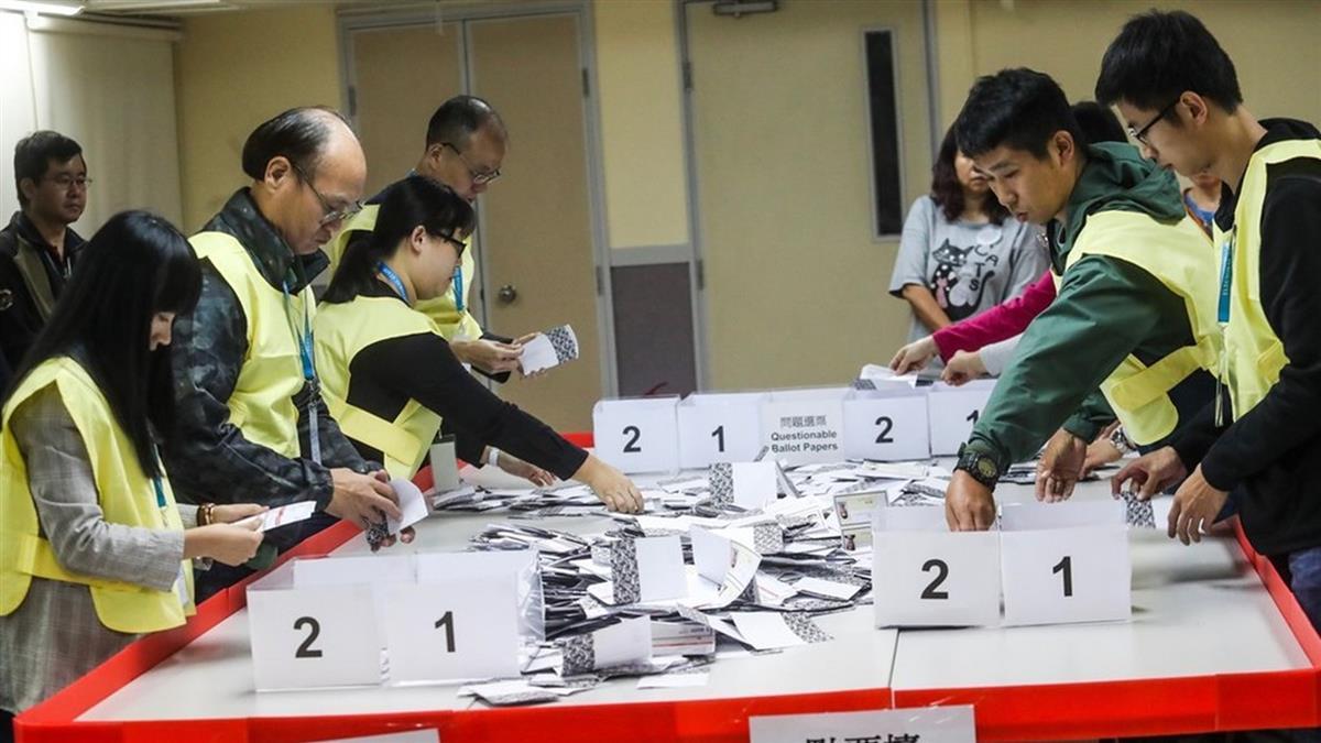 香港區議會選舉!泛民主派領先建制派奪逾半席