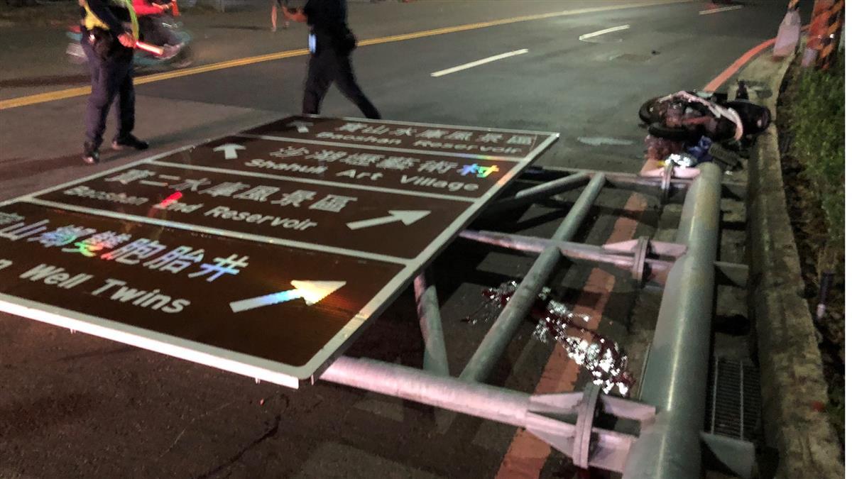 新竹傳意外!大型路牌掉落砸騎士 頭變形慘死