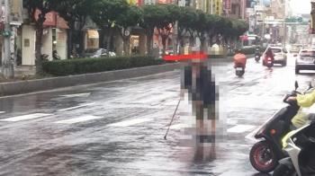 拐杖伯雨中攔車!7計程車都不停 網爆陰謀