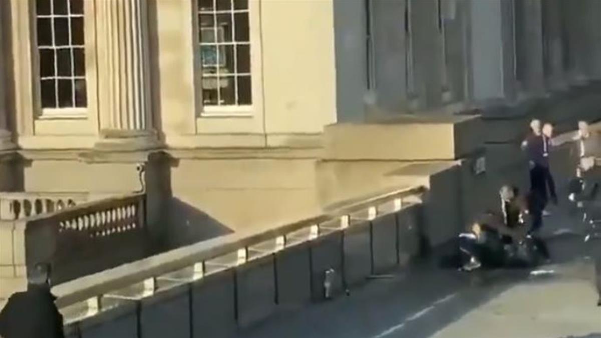 倫敦橋恐攻2死3傷 路人勇奪刀制伏嫌犯
