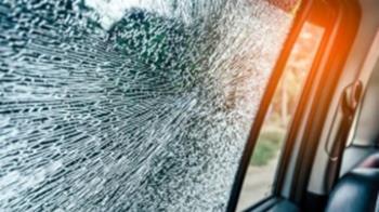 女遭硬上踹破擋風玻璃 色男竟丟包摔車外