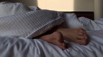 睡一半下體濕!醉男驚見好友趴腿XX嚇壞