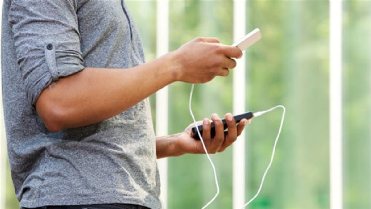 充電玩手機 28歲男疑觸電慘變趴床屍