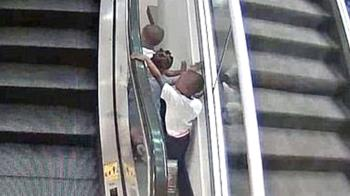 3歲童爬手扶梯 下秒墜6m倒血泊亡